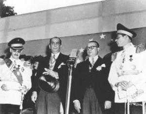 Gallegos (segundo por la izquierda) toma posesión como Presidente de la República